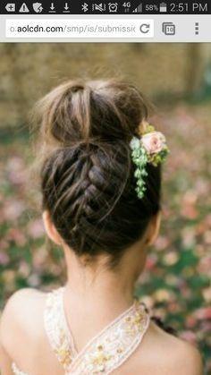 Schöne Hochzeit Frisur für Blumenmädchen #festlichefrisuren #schleierkrautkranz #haarband #inspiration #kommunion #hochsteckfrisur #konfirmation #kinder