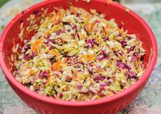 Ισπανική Λαχανοσαλάτα με σταφύλι και ντρέσινγκ γιαουρτιού - gourmed.gr