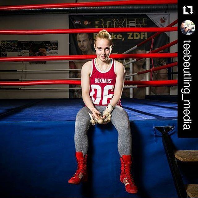 #Repost @teebeutling_media ・・・ #preview !  @_littlemissprincesso @__semper.fi feat. @traktorschwerin @boxhausbrand @_chr_st_ph_r_  @paulo_doe !  #fighterella #boxhaus #boxhausbrand #bctraktor #bctraktorschwerin #schwerin #boxclub #boxing #boxinggirl #boxinglife #strobist #streetphotography #hashtags #canon #canonphotography #eos