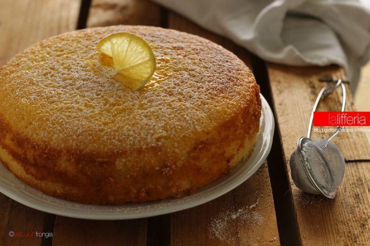 La torta al limone senza burro è un dolce soffice, perfetto per colazione o merenda: si prepara in pochi minuti con una sola ciotola ed è subito pronta!