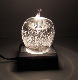 Sweden Crystal Design - Clear Silver Äpple, Small. Med Led piedestal får man fram smådetaljer i kristallen ex. olika färger eller tekniker som användes, speciellt i mörker blir det mer framträdande. Här ett kristalläpple med silveringjutningar inuti kristallen.