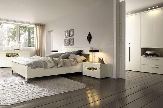 une chambre à coucher blanche et élégante avec deux lampes de chevet noires