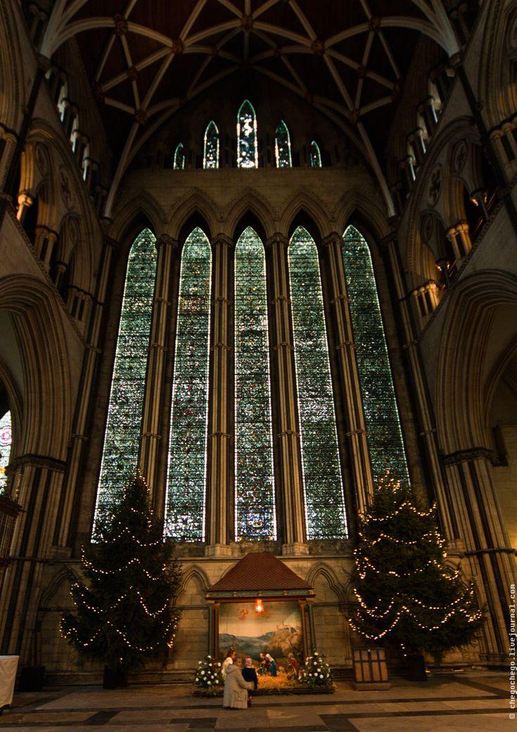 """Йорк и Йоркский Собор - витраж носит название """"Пять сестер"""". Он расположен в северном поперечном нефе и содержит самое большое количество раннего английского гризайльевого стекла (""""Grisaille"""" означает серый фон) в мире, находящегося в одном окне."""