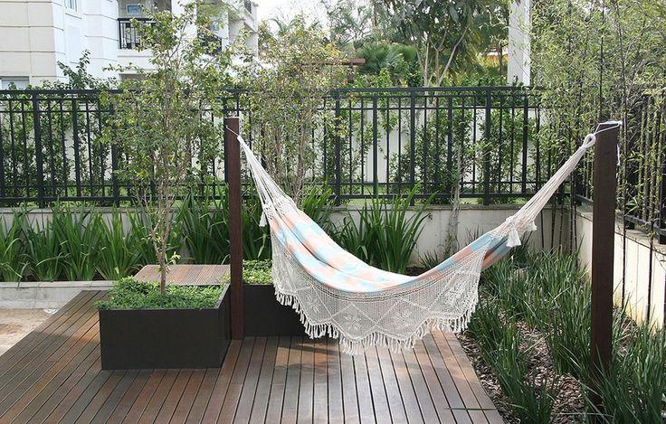 A charmosa rede é mais um atrativo neste terraço, localizado no primeiro andar de um prédio, em São Paulo. Projetado pelas paisagistas Claudia Diamant e Marina Domingues, o deque tem jabuticabeiras, plantadas dentro de caixas de madeira