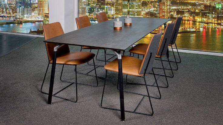 Moderne designstoel City van Bree's New World. Deze hippe stoel heeft een zwart metalen sledeframe. Minimalistische ontwerp, maar stijlvolle eetkamerstoel. Keuze uit verschillende leersoorten en stoffen in diverse kleuren om de stoel naar wens samen te stellen. Bekijk deze trendy designstoel bij van de Pol Meubelen.