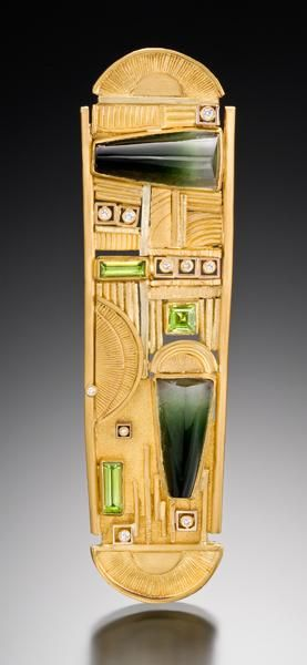 Judith Kaufman, King Tut, 2010, Brooch, tourmaline, peridots, diamonds, 22-karat yellow gold, 18-karat green gold, 127 x 12.7 mm, photo: Tony Pettinatto