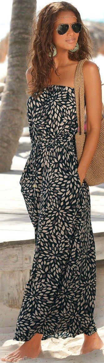 Acheter la tenue sur Lookastic: https://lookastic.fr/mode-femme/tenues/robe-longue-sac-fourre-tout-lunettes-de-soleil-bijou-de-tete-boucles-d-oreilles/12407   — Bijou de tête doré  — Lunettes de soleil dorées  — Boucles d'oreilles dorées  — Robe longue imprimée noire  — Sac fourre-tout en crochet brun clair