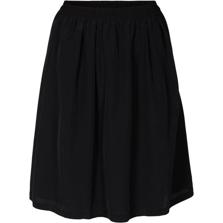 Jussi skirt er en sort knælang skater-skirt nederdel, med elastik kant i livet og underskørt. Jussi skirt er i let polyester stof.