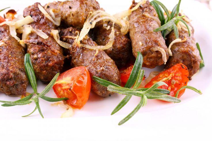 500 g bravčového stehna soľ mleté čierne korenie mletá červená paprika 40 g cibule strúhanka 100—120 g oleja 100 g cibule horčica  Odležané mäso opláchneme, pokrájame a spolu s cibuľou zomelieme. Pridáme soľ, mleté korenie a papriku a dobre premiešame. Z masy sformujeme asi 18—20 rovnakých šúľkov, ktoré obalíme v...