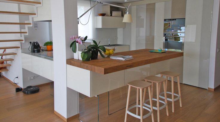 Appartamento Lago Vimercate è una casa contemporanea arredata con gli arredi modulari Lago, caratterizzati da linee semplici e sospese.