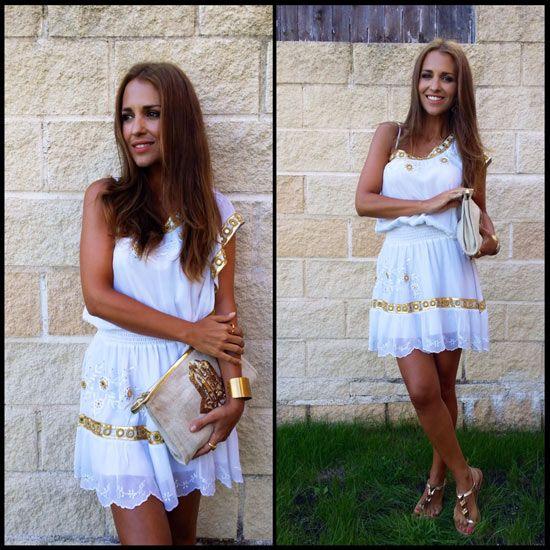 Tras la pista de Paula Echevarría » Aire romano vestido, sandalias y bolso de FETICHE SUANCES, brazalete de MARAMZ, anillo de TOUS y pendientes de MANGO.