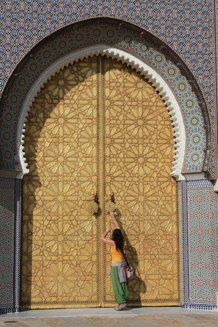 Quando se percorrem as ruas das povoações marroquinas há algo incontornável, as portas. Viajar por Marrocos é também olhar e observar as portas.