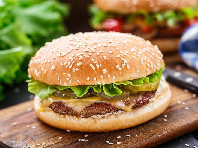 Домашний бугрер с говядиной   Классический вариант этого блюда предполагает говяжьи котлеты для бургеров. Рецепт приготовления котлет чрезвычайно простой, особенно если ты воспользуешься грилем.  ингредиенты из расчета на 2 булочки:  2 булочки, 50 г плавленого сыра Чеддер, 6 ломтиков маринованного огурца, 4 ломтика помидора, несколько колечек сладкого лука, 2 салатных листа, 2 ч. ложки майонеза, 2 ч. ложки кетчупа, 1 ч. ложка горчицы, для котлет:  300 г говяжьего фарша, 1 яйцо, черный…