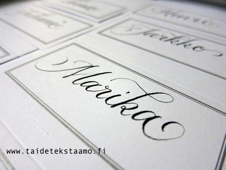 Paikkakorttien tekstaus hääjuhlaan. Istumajärjestys on kaikille selkeää, kun oma nimi on tekstattuna kauniisti.   Lettering on wedding / placecards