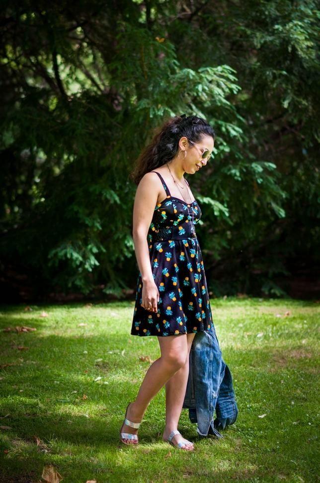 C'est l'été ! C'est donc l'occasion de ressortir les imprimés! Je vous propose un look avec un esprit très 90's où la pièce maîtresse est cette jolie robe ananas vintage