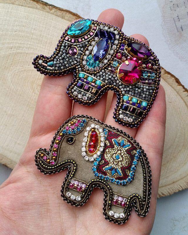 Последнее сравнительное фото на память, слоники были выполнены на заказ 🐘🐘 Вся информация и цены есть на сайте, ссылка в профиле👌 Скоро будет новая стрекозка😍 #слоник #слон #вышивкабисером #брошьназаказ #брошьручнойработы #брошьслоник #брошьслон #индийскийслон #индия #сваровски #swarovski #brooch #elephant #handmadejewelry