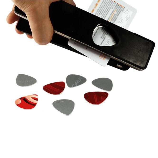 Stanz dir ein Plektrum! Du willst Gitarren Plektren selber machen? Mit dem Gitarren Plektrum Locher stanzt du dein eigenes Gitarren Plektrum. Nimm eine alte Kreditkarte, abgelaufene Identitätskarte, Cumuluskarte oder eine andere Plastikkarte und zerstanze diese zu Gitarren Plektren. Aus einer Karte kannst du bis zu drei Plektren stanzen. Du brauchst also nie wieder Gitarren Plektren …