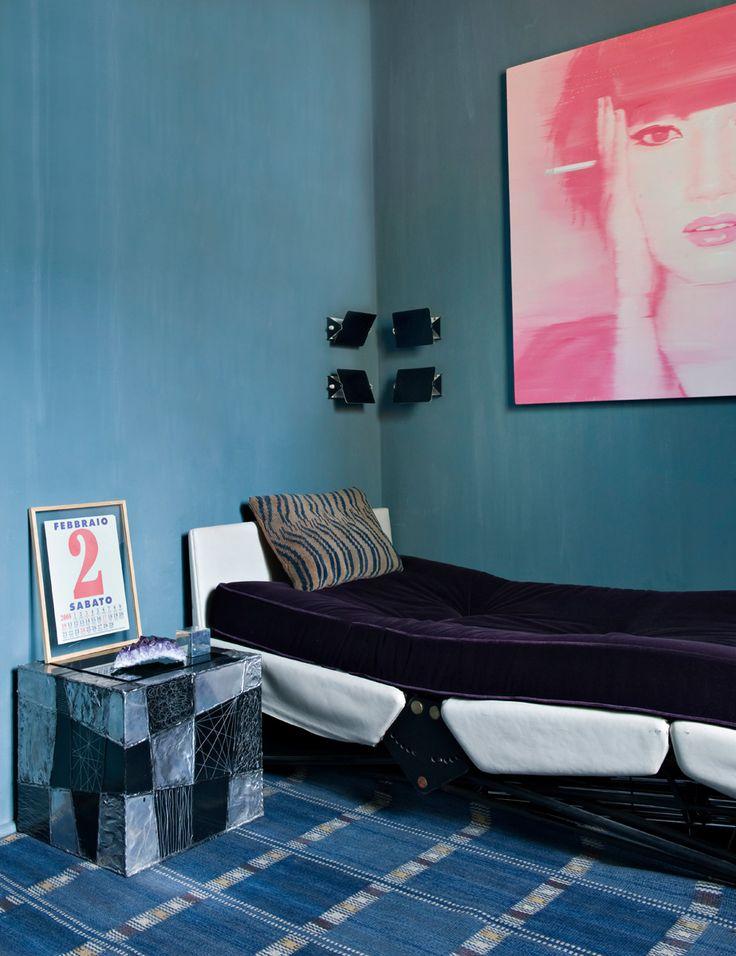 Гостевая спальня. Рядом с кроватью, дизайн Освальдо Борсани, тумбочка от Пола Р. Эванса. На стене — четыре бра, дизайн Шарлотты Перриан, и работа китайского художника Цзян Цуни.