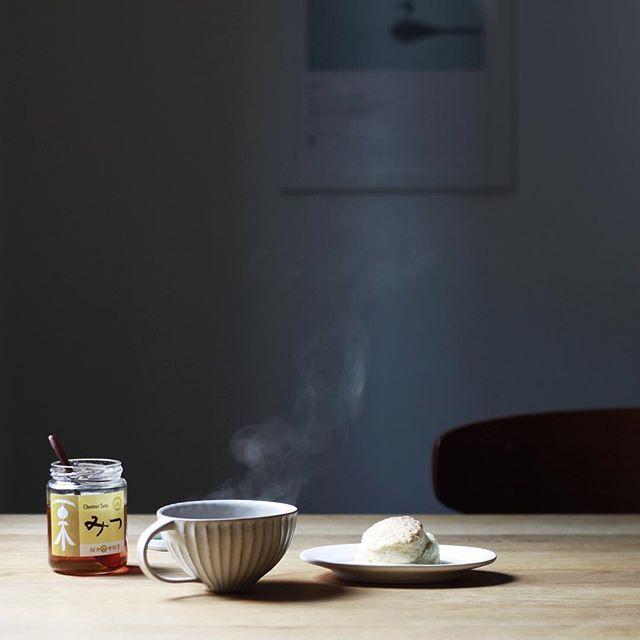 なだれのおきたスコーン。 紅茶に栗みつたらり。  栗みつは渡辺有子さんの365日に載ってて気になってたもの。 今度は松仙堂の純栗ペーストも買ってみよう。  #北岡幸士