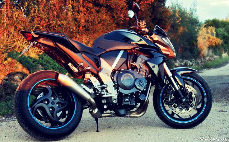 Honda CB 1000R com 14000km . Escape Leovince SBK e alarme. Temos também escape de origem. Em excelente condição.