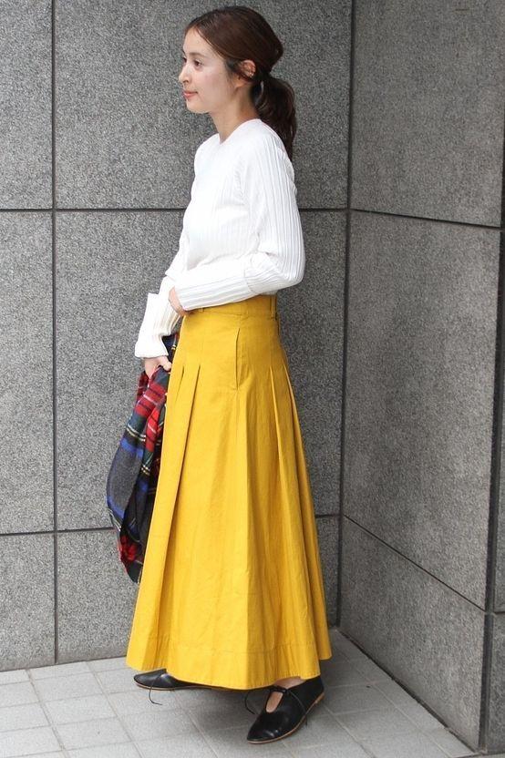 リブニットxスカートスタイル  秋らしい色合いのコーディネート。 すっきりと着て頂けるホワイトのリブニットにオータムカラーのスカートを合わせて。  シューズはビアンカのバレエシューズでフラットな女子スタイルです。