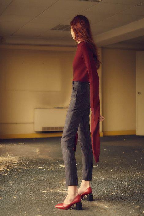 coperni Les manches longues et le pantalon cigarette de la jolie rousse