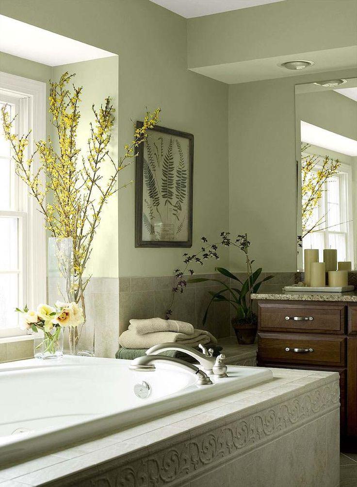 salle de bain colorée pastel avec meubles et peinture en bois et nuances vertes