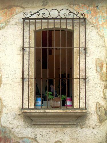 Antigua guatemala 027 ventanas ventanas coloniales for Puertas y ventanas de hierro antiguas