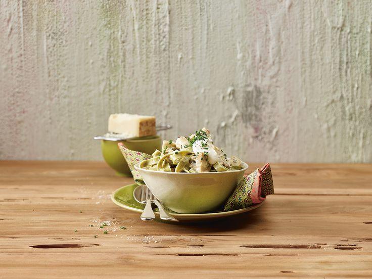 Statt mit der klassischen Pilzrahmsauce servieren wir die Nudeln mit gebratenen Pilzen und geben zum Schluss noch etwas Crème fraîche hinzu: Das spart Zeit und schmeckt toll!