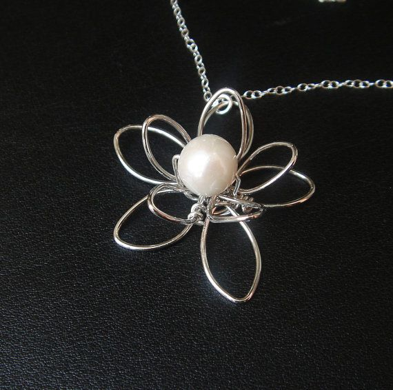 Wire flower pearl necklace