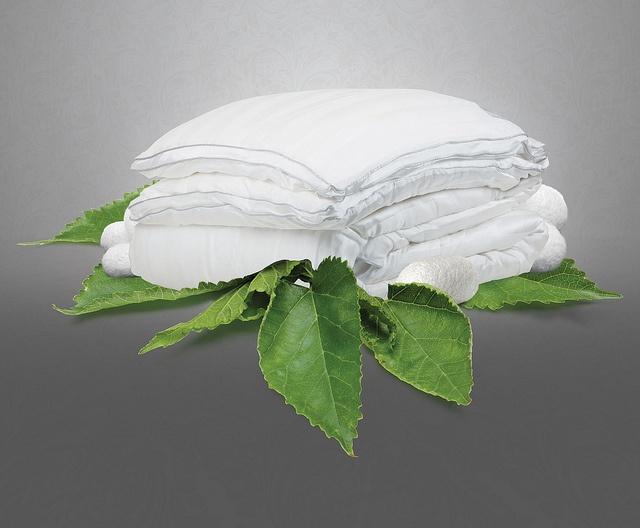 Kozasından yeni çıkan İşbir Silk - İpek Yastık ve Yorganla %100 garantili konfor, rahatlık ve sağlık. İşbir Yatak'tan sizi ipek gibi sarıp sarmayalacak bir yenilik. %100 saf ipek dolgu, %100 saf ipek kumaş ve %100 el işçiliği ile üretilen İşbir Silk Yastık ve Yorganları ile her sabah bir kelebek gibi yeniden doğacak ve güne herkesten farklı başlayacaksınız!  Özel tasarımlı kutularda yaz aylarında tek, kış aylarında çift katlı kullanım imkanı sağlayan 2 adet yorgan ve 2 adet de yastık yer…