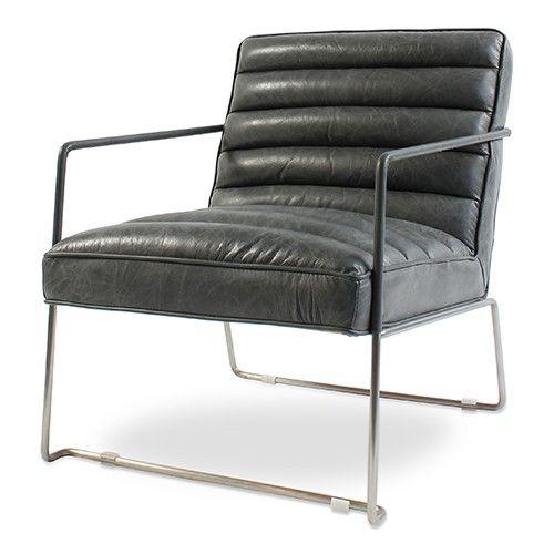 Een grijze leren fauteuil in vintage vormgeving.