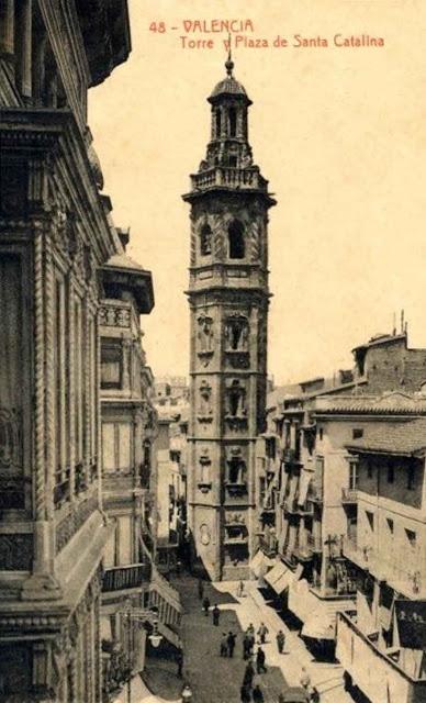 1.909 La torre campanario de Santa Catalina es una de las obras más representativa de la arquitectura barroca valenciana. Fue construida entre 1.688 y 1.705 por el maestro cantero Juan Bautista Viñes, la torre es de planta hexagonal y con un caña ascendente de cinco pisos (Fototipia Thomas)
