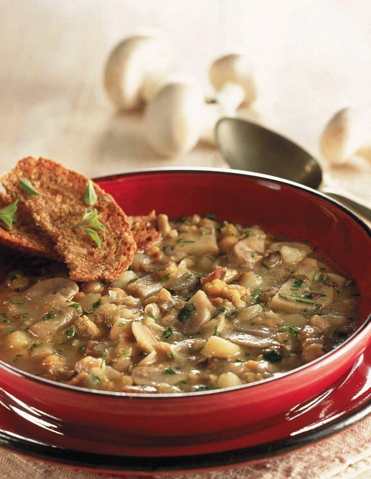 Questa è una ricetta per preparare un'ottima minestra sana e sostanziosa a base di legumi, funghi e arricchita da erbe aromatiche; un primo piatto che per le sue caratteristiche nutrizionali può essere considerato anche un equilibrato piatto unico.
