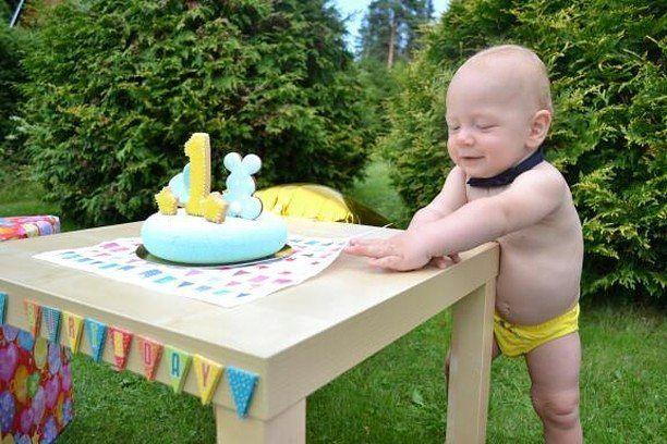 A na fotce je hrdina této oslavy a dort doplněný perníkem. Hezký den.  А вот и виновник торжества и тортик в сборе с пряничками. Хорошего всем дня.  #moussecake #cake  #cakes #cakestagram #pěnovýdort #dort #pernicek