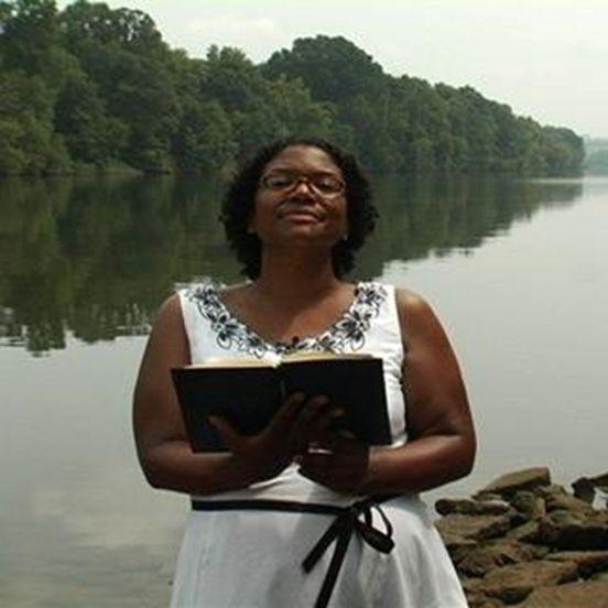 Διαβάζοντας ποίηση μπροστά από ένα ποτάμι στην Αλαμπάμα.