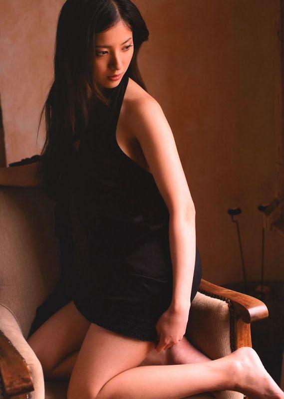 椅子に膝立ちする吉高由里子