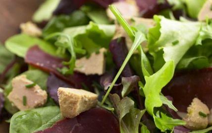 Lavez, essorez la salade, puis effeuillez-la.