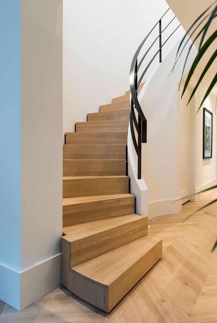 Naast keukens kan bij ons natuurlijk nog veel meer. zoals deze eiken trapbekleding. Deze trap paste perfect in het design van het huis en sloot genadeloos aan bij de rest van de inrichting. Door andere details (of grote projecten) in het huis aan te laten sluiten bij bijvoorbeeld uw keuken geeft dat een extra dimensie aan uw huis en wordt het echt helemaal eigen!