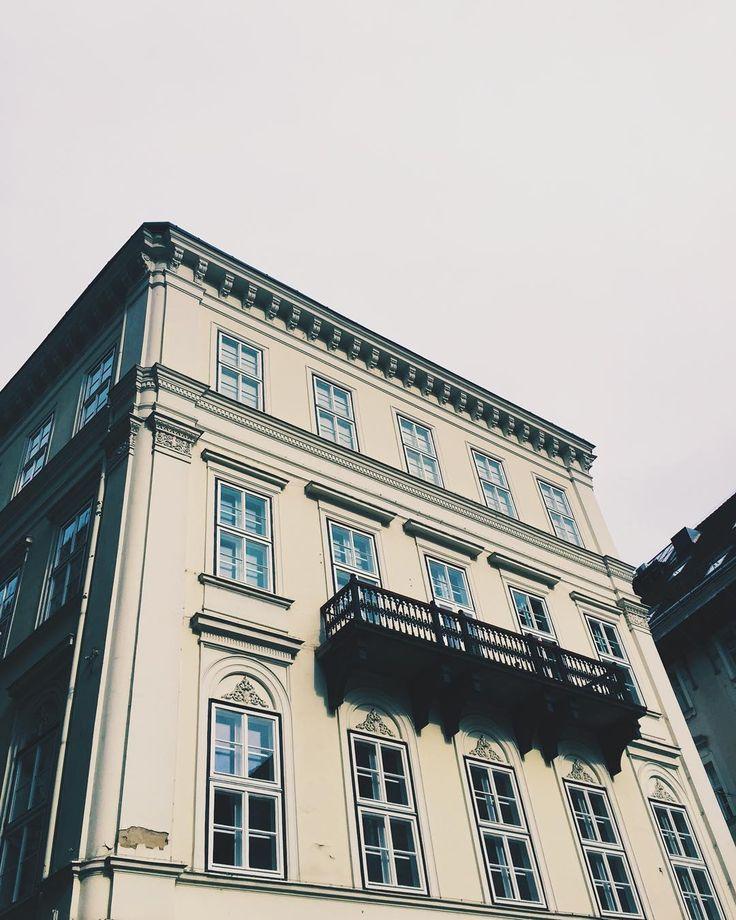 • perspektiv • #perspective #view #building #architecture #autum #budapest #welovebudapest #sky #lookup #felafejjelbudapest #architecturelovers #vscohungary #vscocam #visualsgang #city #up