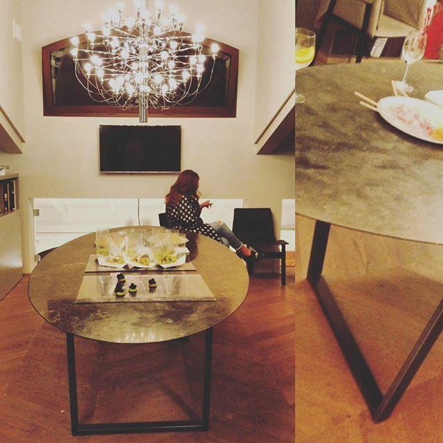 Стол из #мрамор Petra d'Avola тонкий как лист бумаги, прочный как камень! Дизайнер Пьеро Лиссони, собственноручно расписавшийся на ножке стола:) #мебельдляванной #мебельдлядома Презентация #Salvatori в уютном и стильном шоу-руме во время #BolognaDesignWeek #Bologna #вседляванной #плитка #керамика #сантехника #тренд