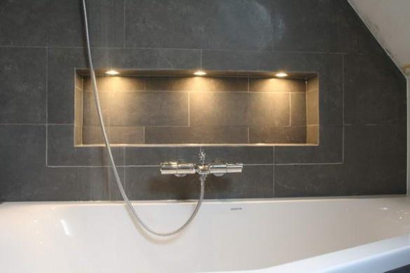 Badkamer - indirekte Beleuchtung um die Badeaccessoires zu beleuchten