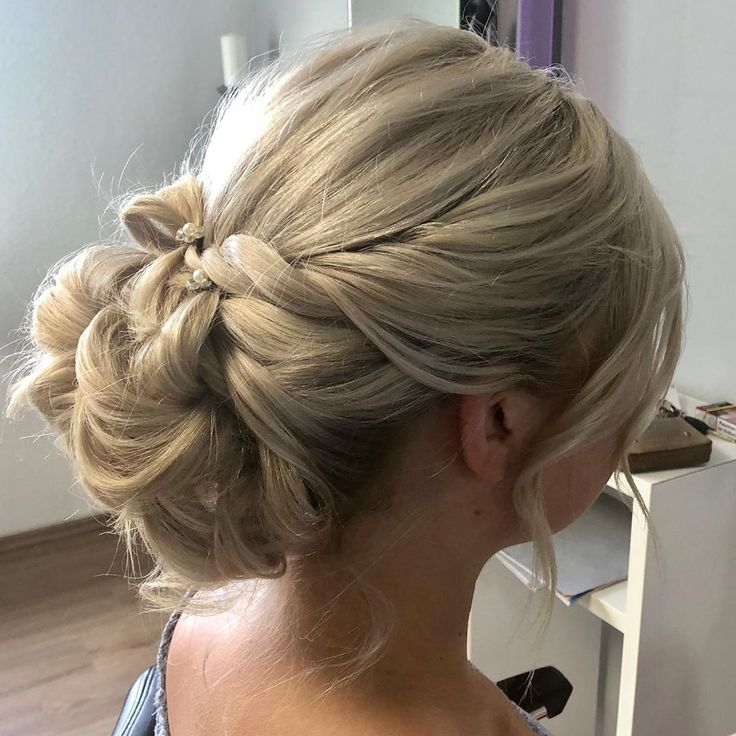 Eine lockere und dennoch festliche Frisur für unsere Braut ...