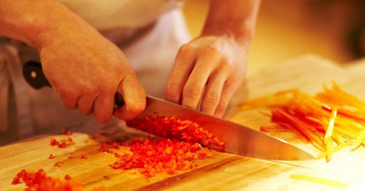 Cómo hacer que una cocina de un restaurante funcione de una manera más eficiente. La eficiencia, la viabilidad y la rentabilidad tienen una relación concomitante en las cocinas profesionales. Sólo las cocinas eficientes son viables y sólo las cocinas viables son rentables. Hacer que una cocina funcione más eficientemente requiere determinar el estado actual de la cocina sobre la producción. Puedes determinar la productividad de ...