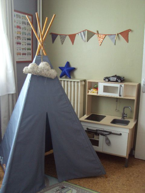 """Patron du tipi du livre """"Petits riens pour la chambre d'enfant""""  Popeline bleue/grise MT; Intérieur en coton étoilé MT, Tringles en bois Carrefour."""