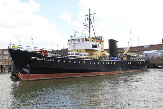 Ook bij het Zeekadetkorps is zaterdag open huis, of beter gezegd 'open schip'.  http://koopvaardij.blogspot.nl/2015/11/activiteiten-tijdens-maritime-week.html