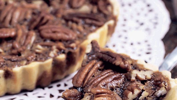 Pecan pie er en klassiker i det amerikanske køkken. Og er du ikke til pekannødder kan de erstattes med valnødder. Få opskriften på den skønne tærte her