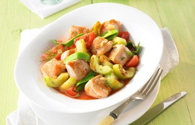 Putengulasch mit Gurke, Tomate und Lauch