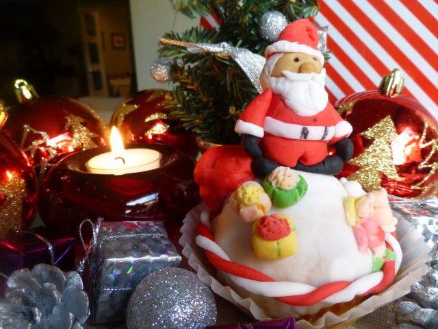 """No podía falta Un Cupcake de Papa Noel, este no es fácil de realiza, pero todo el mundo sabe hacer bolitas y conos así que  mirando bien las fotos, lo podréis realizar, con un poquito de paciencia.   Necesitamos unas magdalenas, ver mi recetario """"[Masa de Cupcakes para decorarlos](http://www.mis-recetas.org/recetas/show/46669-masa-de-cupcakes-para-decorarlos) y fondant de colores en tiendas especializas, el fondant no es otra cosa que azúcar de colores en un formato como la plastilina y ..."""