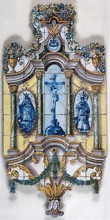 Do Tempo da Outra Senhora: Nossa Senhora no Azulejo Português - Cristo crucificado, Nossa Senhora da Penha de França e São Marçal (1800 – 1810). Painel de azulejos (148 x 72 cm). Real Fábrica de Louça, ao Rato, Lisboa. Museu Nacional do Azulejo, Lisboa.